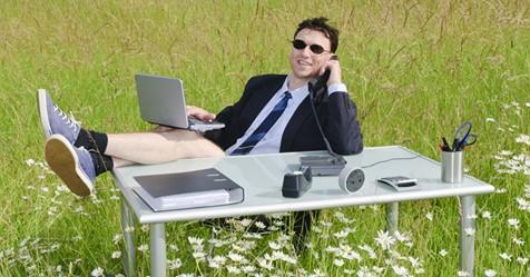 Jedną nogą w pracy, drugą na urlopie. Jak pokonać pracoholizm?